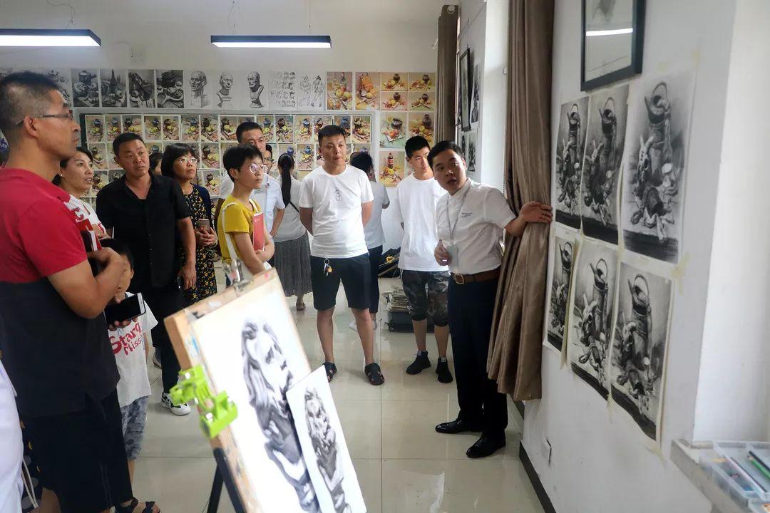 家長參觀華唐高中畫室