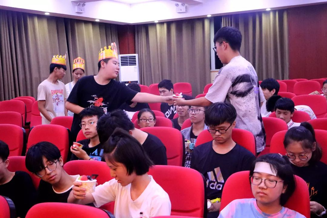 華唐藝術高中小壽星給小夥伴分發蛋糕