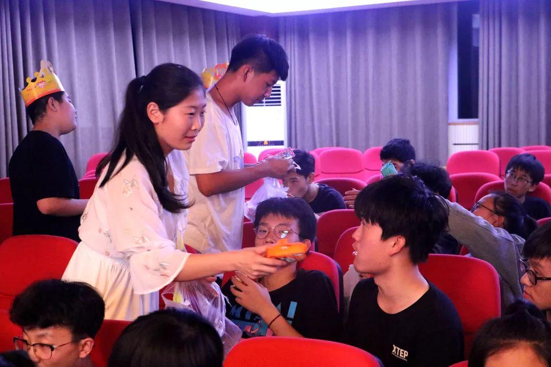 華唐教師給學生帶來了小禮物