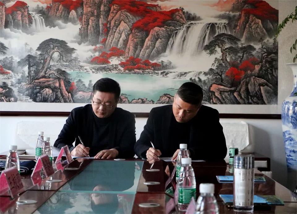 董事長劉建偉和就業指導中心處長郭立峰簽署《就業基地》協議書
